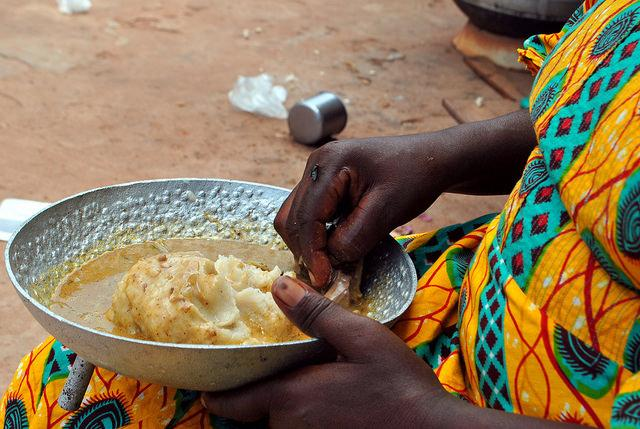 dos and donts in ghana eat with right hand