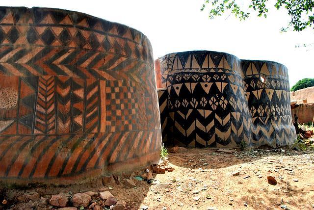 burkina-faso-tiebele-painted-mud-houses