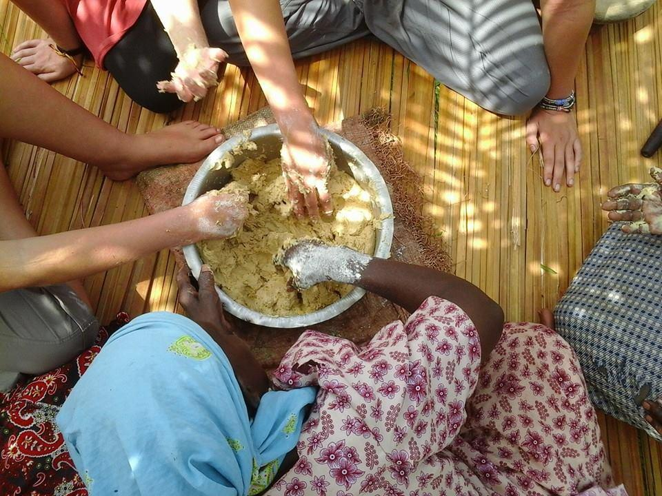 volunteering Uganda volunteers learning to cook traditional food